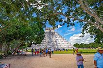 Imagen de pirámide Chicen Itza con turistas